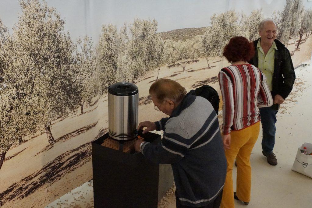 Ein feines Olivenöl darf abgefüllt und mitgenommen werden