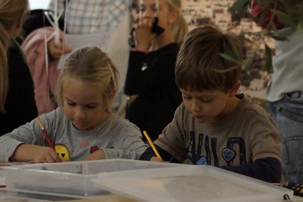 Kinder malen aus...