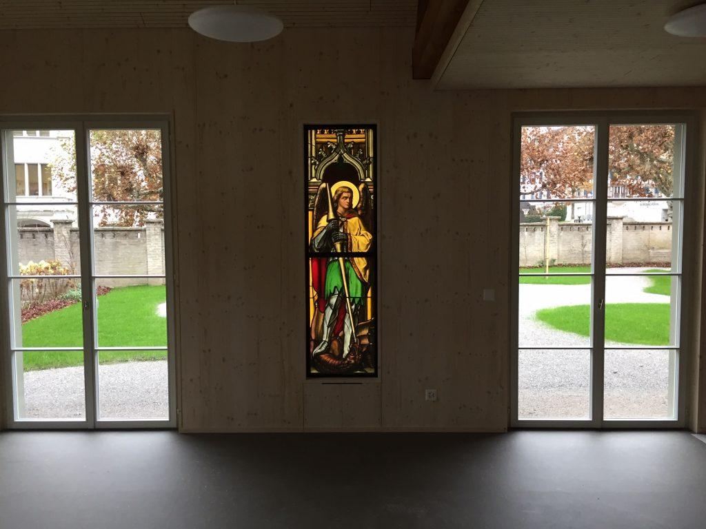 Speziell: Die hinterleuchteten Glasfenster in der neuen Bauhütte | © Katholische Kirche Zug