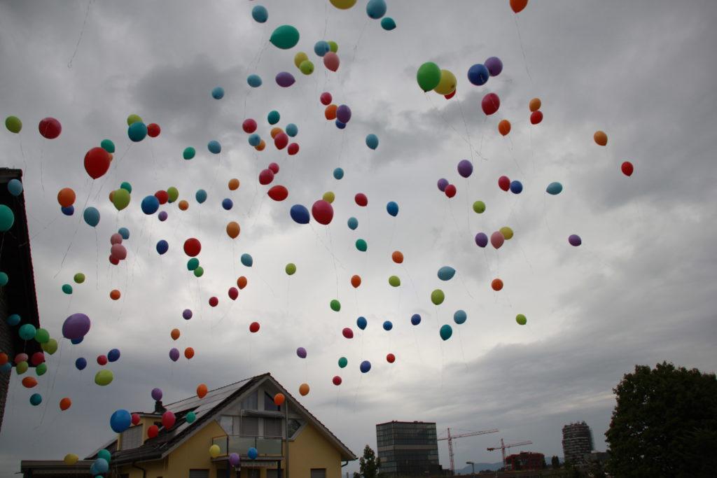 Ballone als Verbindung zwischen Erde und Himmel   © Otto Pfranger
