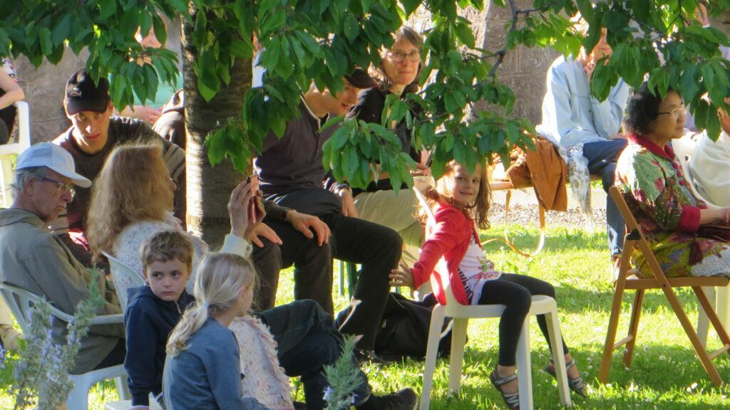 Konzertbesucher im Klostergarten der Gemeinschaft der Seligpreisungen