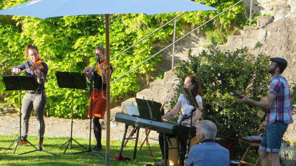 Die «Girovaganti» mit fetziger Musik im Klostergarten der Gemeinschaft der Seligpreisungen